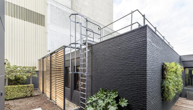 kooiladder aan gevel van modern kantoorgebouw