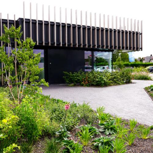 kantoorgebouw met beplanting en bomen