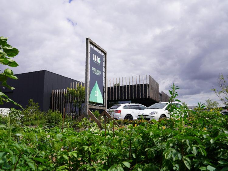 ibic gebouw met moestuin
