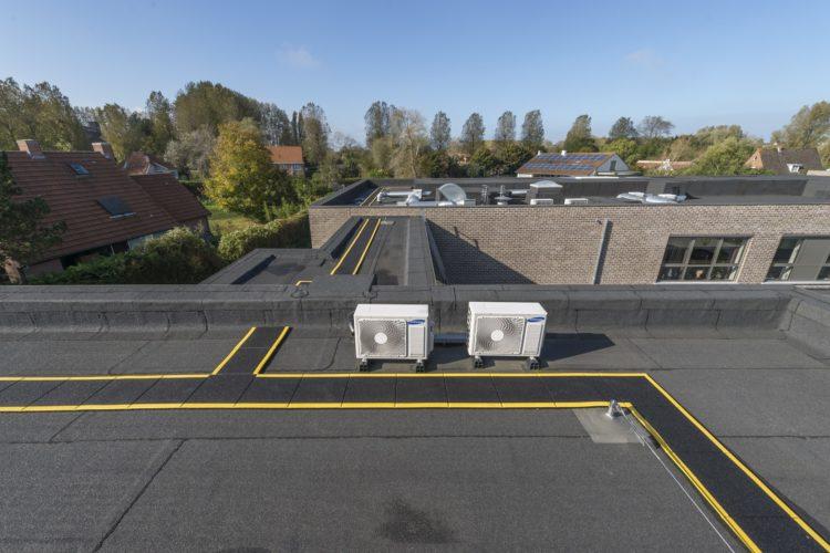 veiligheidsmarkering en leeflijntraject als valbeveiliging op plat dak