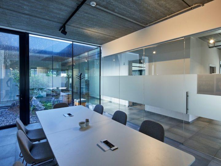 ibic gebouw moderne vergaderzaal met uitzicht op patio